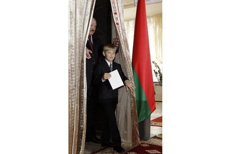 A. Lukašenka balsuoti atvyko su jauniausiuoju sūnumi