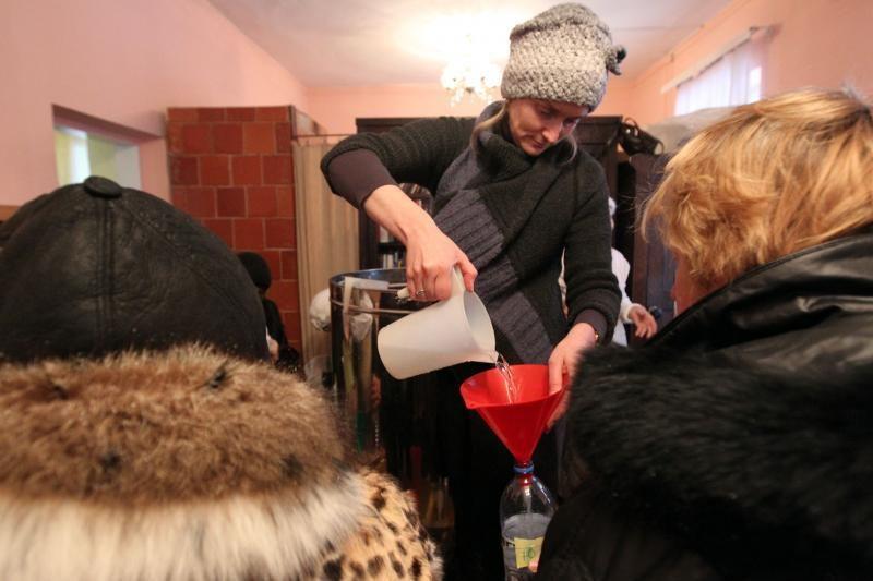 Cerkvę Šnipiškėse užplūdo šventinto vandens trokštantys gyventojai