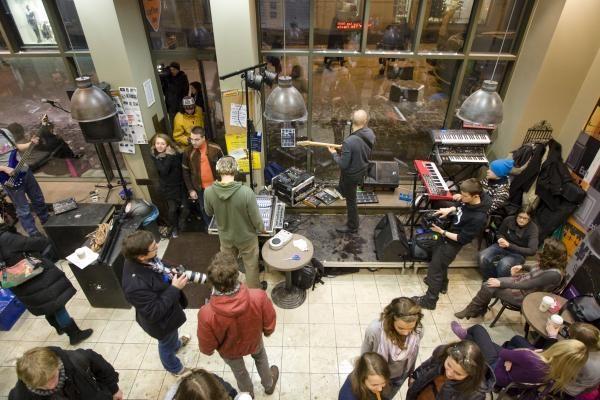 """Grupė """"TWNKL"""" koncertavo vitrinoje Vilniaus centre"""