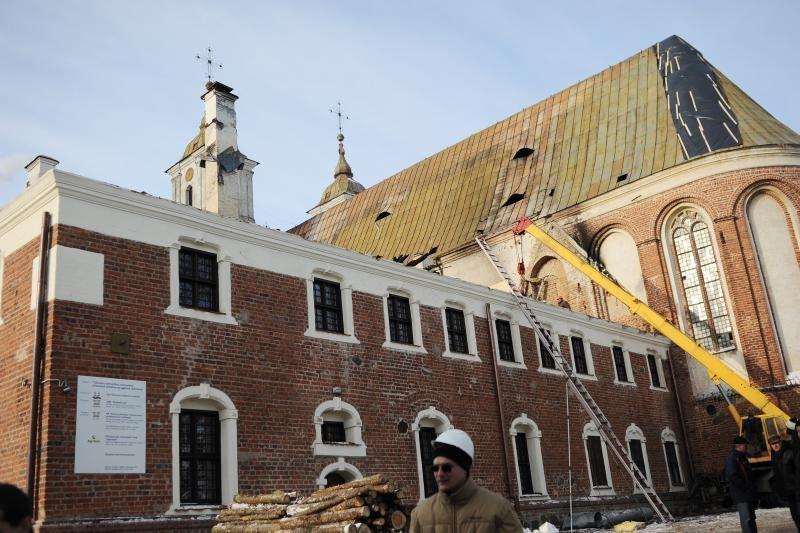 Vėjo draskomas Tytuvėnų bažnyčios stogas pritvirtintas virvėmis