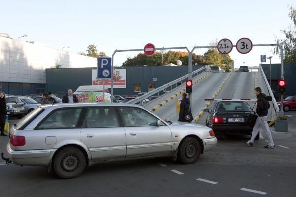 """Mindaugo """"Maximos"""" aikštelėje vairuotoja numušė užtvarą ir taranavo automobilius"""