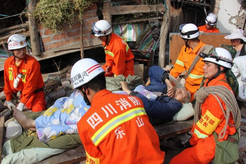 Per žemės drebėjimą Kinijoje žuvo ir sužeista šimtai žmonių