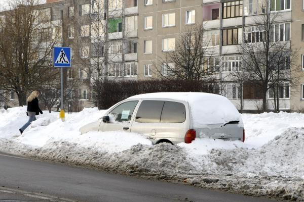 Automobiliai kelkraščiuose trukdo kelininkams