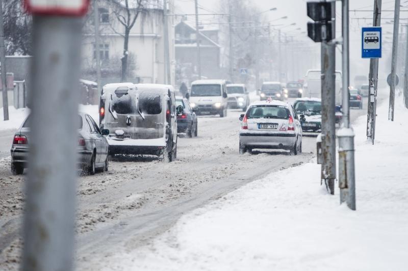 Kauno gatvės dėl sniego – vėl sunkiai pravažiuojamos