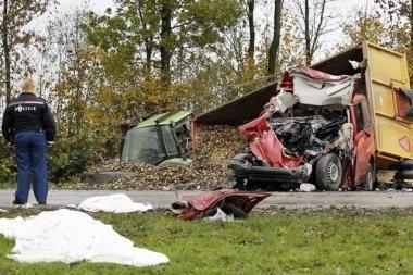 Nyderlanduose mikroautobusui susidūrus su traktoriumi žuvo du žmonės, aštuoni sužeisti