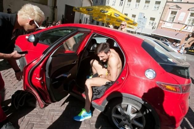 Radijo laidų vedėjas Modestas Švoba Pilies gatve bėgo apsinuoginęs
