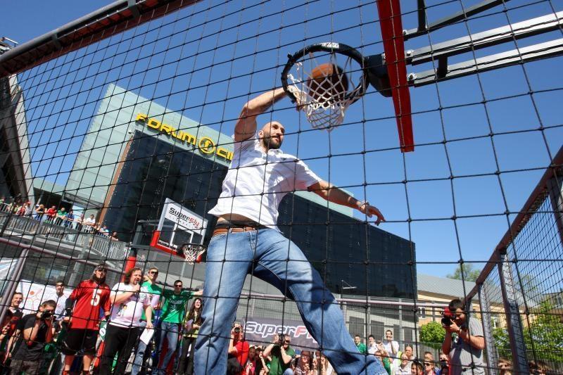 """Gatvės krepšinio turnyro dalyvius vertino """"Žalgirio"""" krepšininkai"""