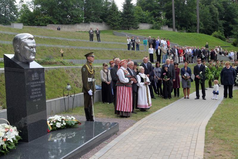 Vilniaus savivaldybė perima A.M.Brazausko paminklą savo nuosavybėn
