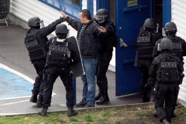 Įkaitų drama Paryžiaus priemiestyje baigėsi laimingai