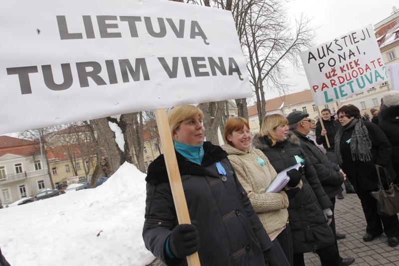 """Po D.Grybauskaitės langais aidėjo: """"Paduok, sesute, kardą"""""""