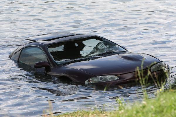 Lampėdžio ežere nuskendo automobilis