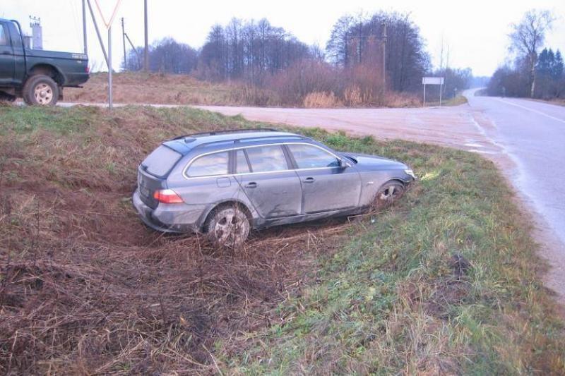 Kaunietis su Švedijoje vogtu automobiliu užstrigo griovyje