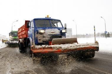Sniegas verčia suktis kelininkus