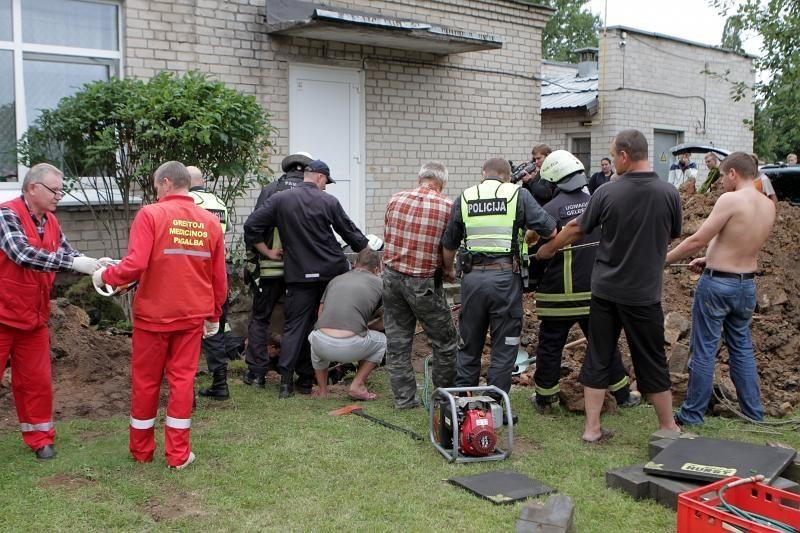 Klaipėdoje betoniniai blokai prispaudė du žmones (papildyta)