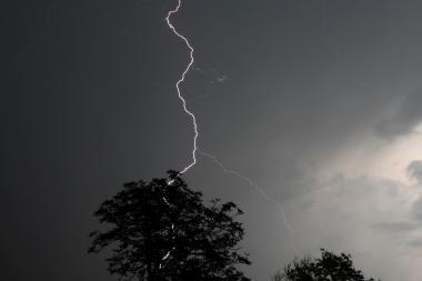 Klaipėdos r. žaibas supleškino daržinę