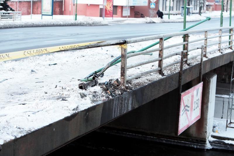 Klaipėdoje girto vairuotojo mašina pakibo ant Pilies tilto (papildyta)