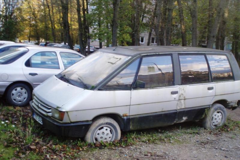 Kiemuose riogsančius senus automobilius žada išvežti už dyką