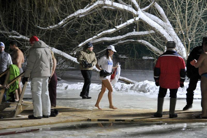 Tūkstančiai maskviečių pasinėrė į ledinį vandenį