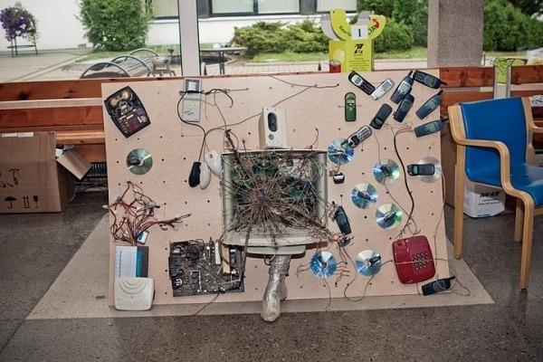 Studentai sudėliojo rekordinį koliažą iš senos telekomunikacijų įrangos