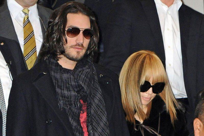 Japonijos popmuzikos princesė skiriasi su savo vyru