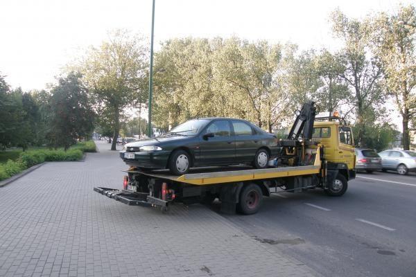 Klaipėdoje savininkas paliko mašiną ant šaligatvio