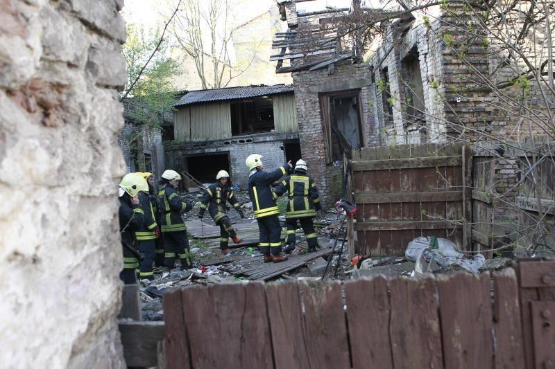 Plačiojoje g. įgriuvo dviaukščio namo stogas