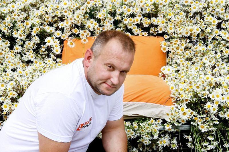 Naujas rekordininko pasiekimas – sofa iš 10 000 ramunių