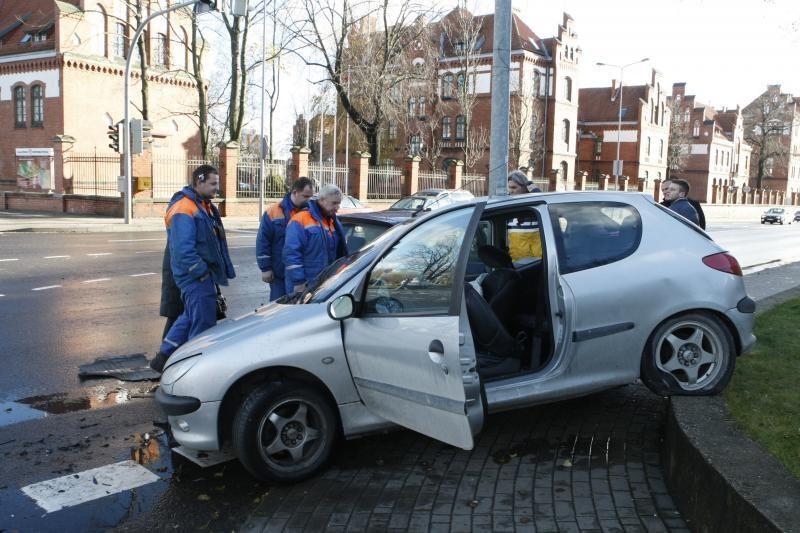 Klaipėdoje per avariją sumaitotas skolintas automobilis