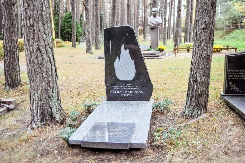 Prie kieno kapo Petrašiūnuose tebeaidi eilėraščiai?