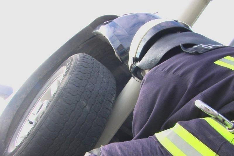 Per avariją automobilis pakibo ant greičio matuoklio