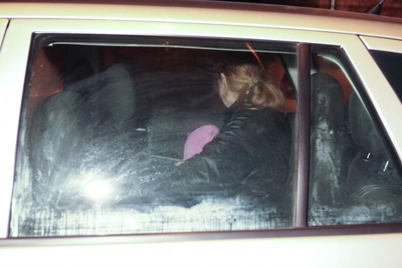 Miške gyvenusi moteris su dukrele rado laikinus namus