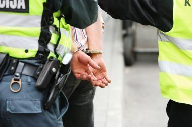 Sostinėje sučiuptas iš automobilio magnetolą bandęs pavogti jaunuolis