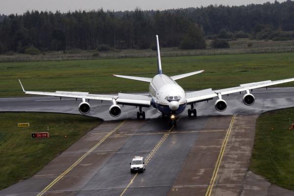 """Prie oro uosto """"Aviabaltika"""" statys orlaivių remonto angarą"""