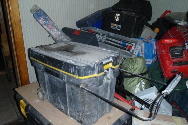 Apvogtų garažų savininkai kviečiami atpažinti daiktus