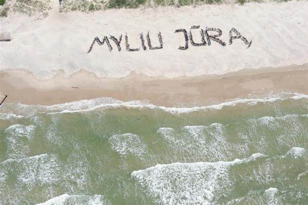 Smiltynėje – gyva meilės grandinė Baltijai
