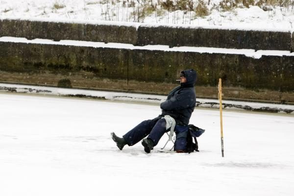 Danės upės ledas jau priviliojo žvejus