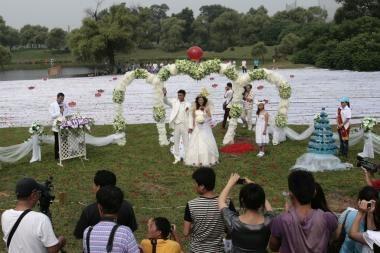 Kinijoje nuotaka vilkėjo suknelę su rekordinio ilgio šleifu