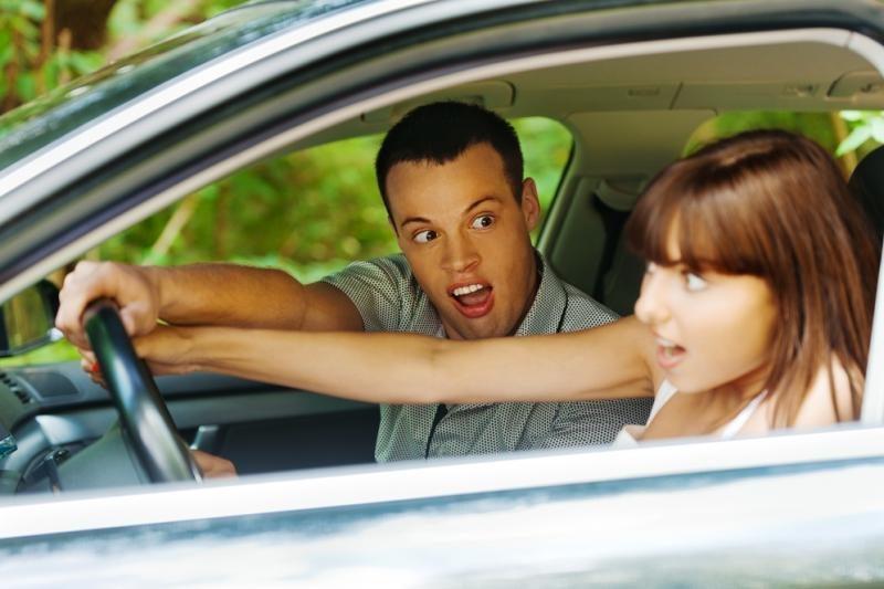 Moterys automobilį stato geriau už vyrus?