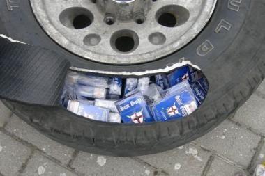 Cigaretės gabentos automobilio padangose