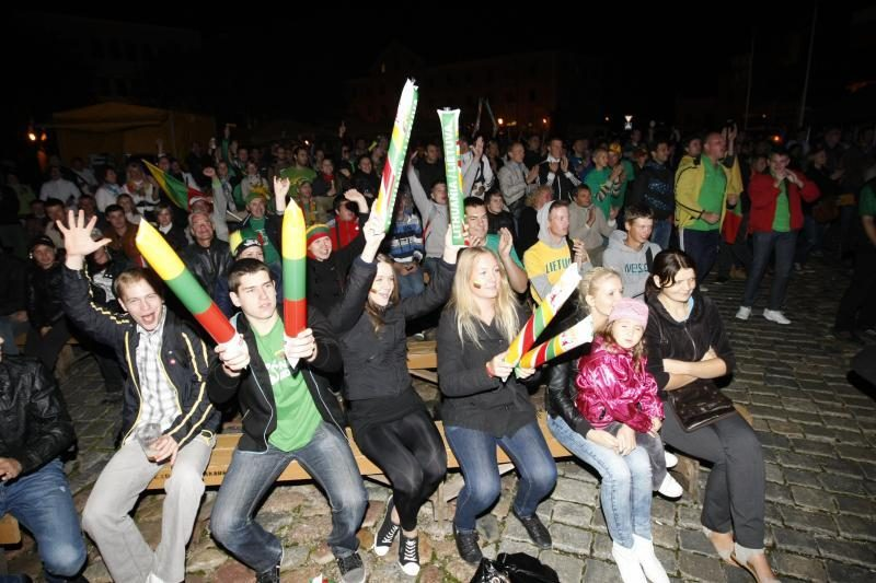 Teatro aikštėje – sirgalių šūksniai už Lietuvos rinktinę