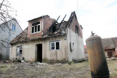 Klaipėdoje degė apleisto namo stogas