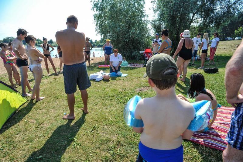 Į pliažą – mokytis     širdies    masažo