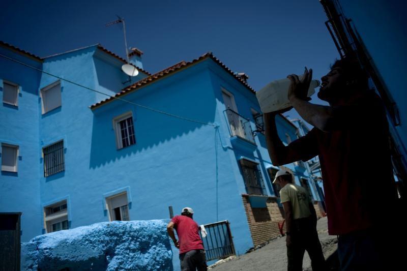 """Turistai plūsta į mėlynąjį """"smurfų kaimelį"""""""