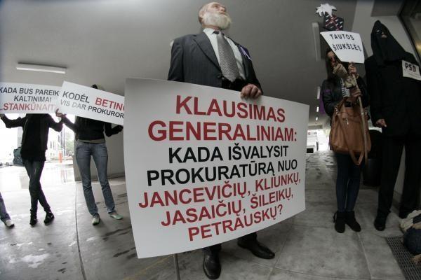 D.Kedžio šalininkai generaliniam prokurorui įteikė šluotą (dar papildyta)