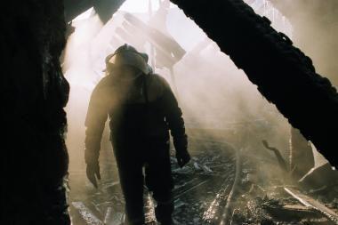 Kaune per gaisrą dūmais užtroško moteris