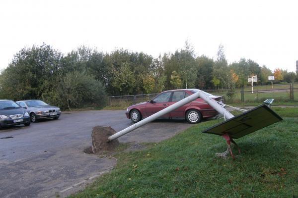 Dėl automobilių stovėjimo aikštelės nugriovė krepšinio stovą