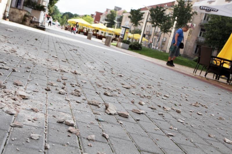 Klaipėdos centre – tinko gabalai krenta ant praeivių (papildyta)