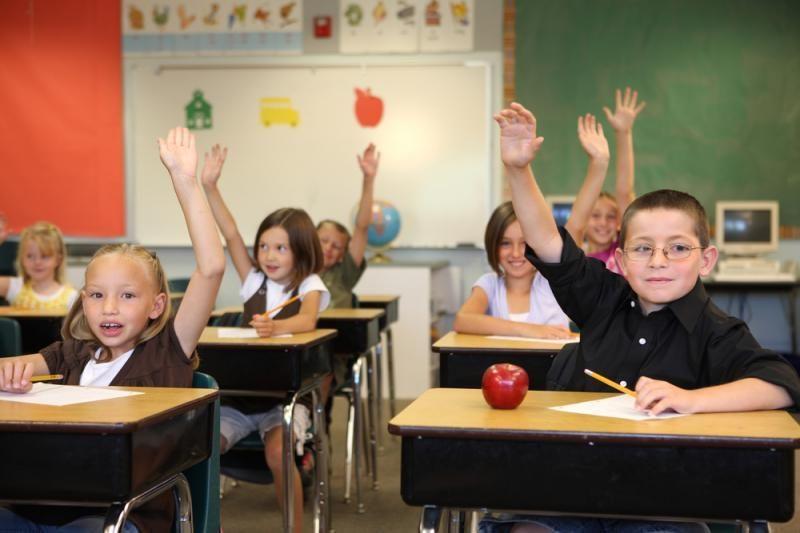 Dauguma – už tai, kad mokiniai atsistotų mokytojui atėjus į klasę