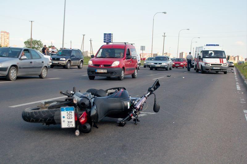 Motociklininkas pėsčiųjų perėjoje partrenkė dviratininką