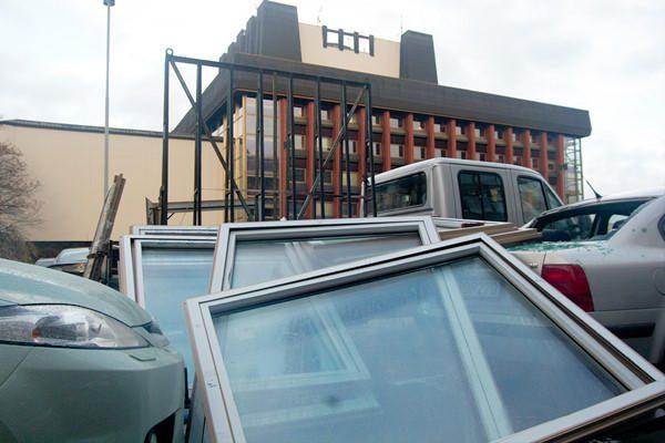 Atvežti nauji ministerijos langai užvirto ant automobilių